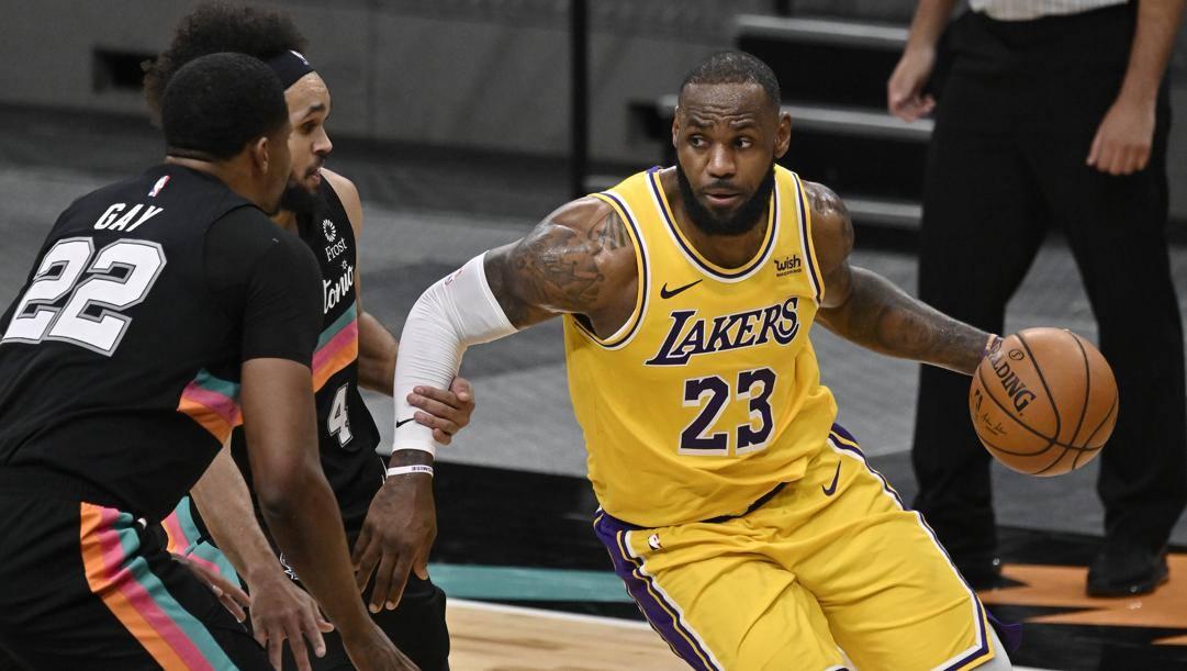 Tripla doppia, la prima in stagione, per LeBron James nella vittoria dei Lakers a San Antonio. Ap