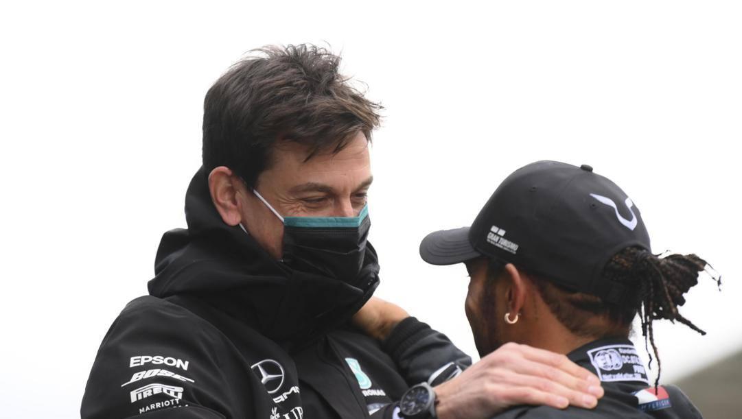 Toto Wolff e Lewis Hamilton. EPA