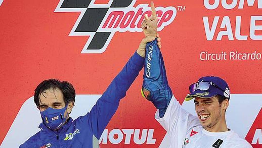 Davide Brivio (57 anni, sin.) con Joan Mir (23) dopo il titolo MotoGP vinto