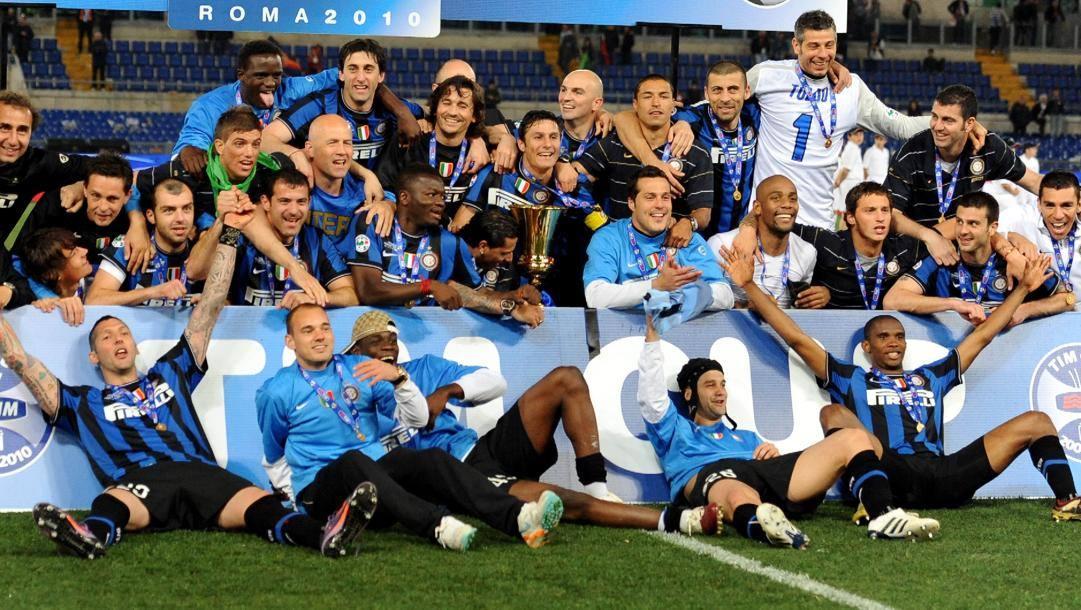 L'Inter vincitrice della Coppa Italia 2009-10 posa col trofeo dopo aver sconfitto la Roma 1-0. Ansa