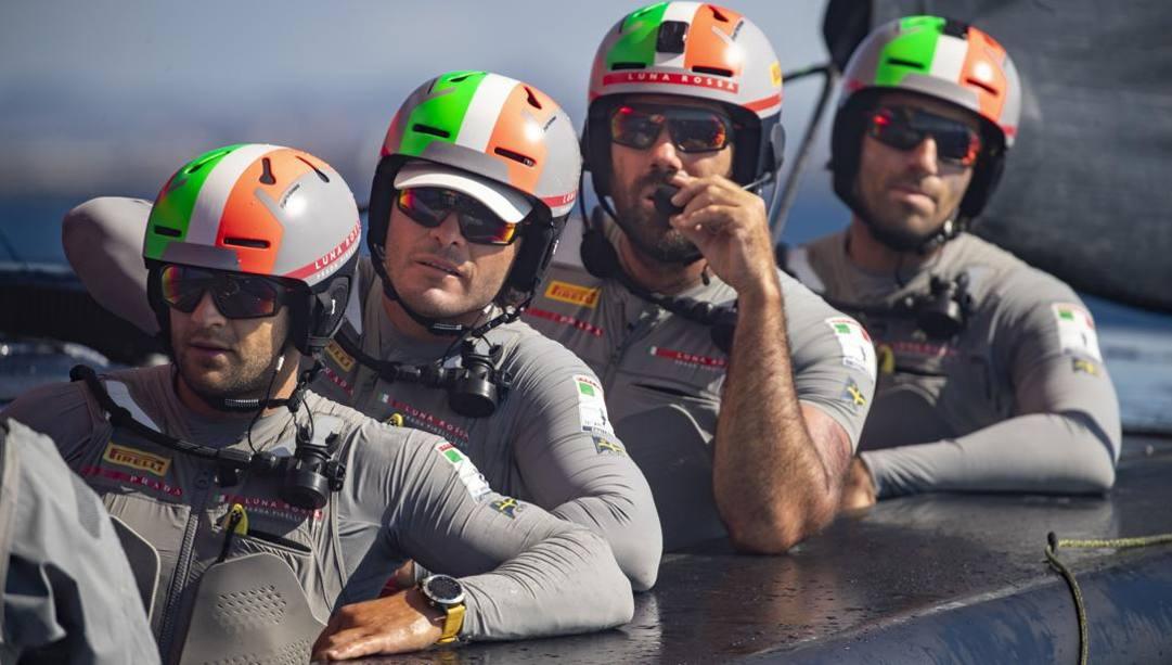 Una parte dell'equipaggio di Luna Rossa: Romano Battisti è il secondo da sinistra