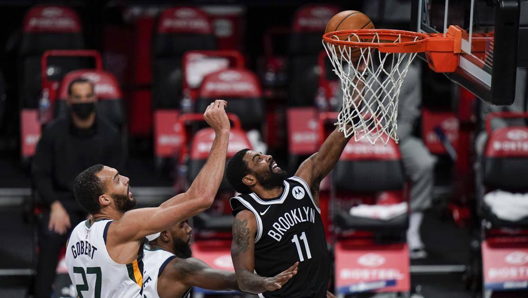 Kyrie Irving, play dei Nets, in azione contro Utah. Afp
