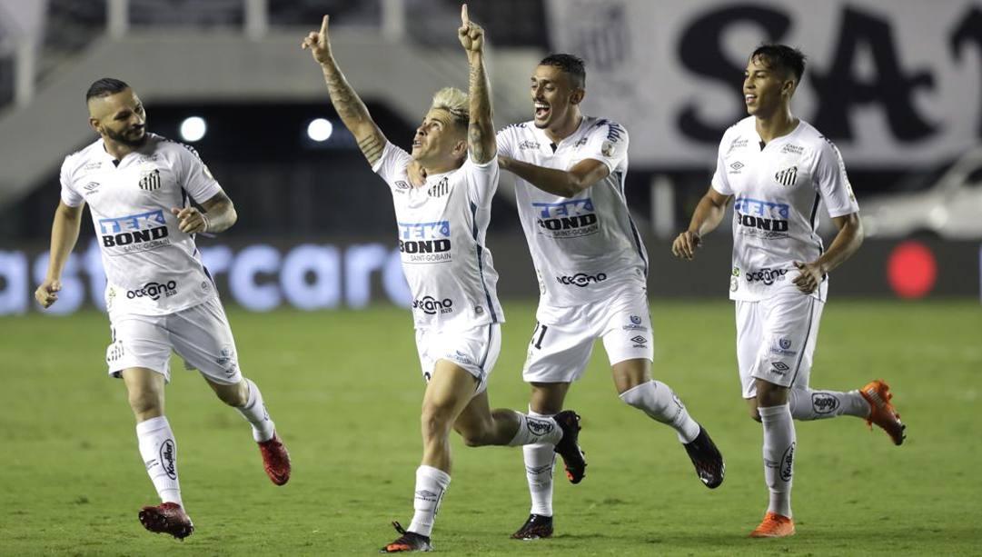 Soteldo festeggia coi compagni il secondo gol del Santos nella semifinale di ritorno. Ap