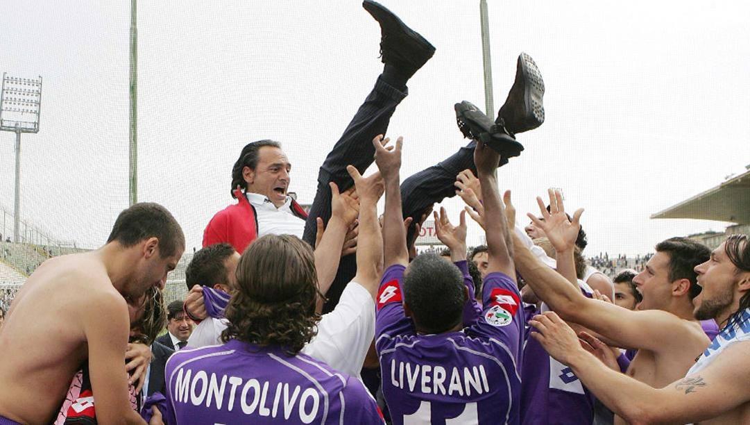 Cesare Prandelli portato in trionfo dai giocatori della Fiorentina nel 2007. Ansa