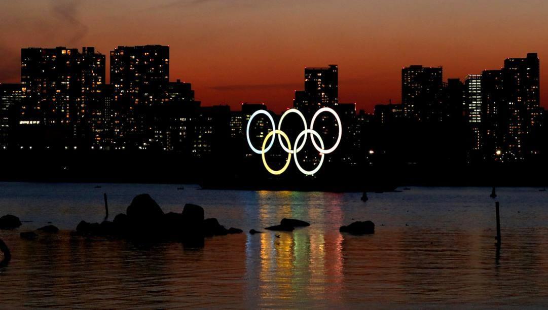 L'installazione dei cinque cerchi olimpici al parco marino di Odaiba, a Tokyo. Getty
