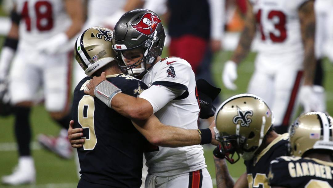 Drew Brees, 42 anni, abbraccia Tom Brady, 43. Ap