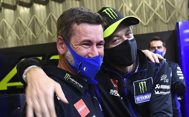 Alex Briggs con Valentino Rossi. Milagro