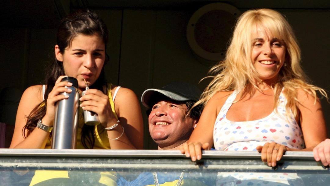 Maradona con la figlia Gianinna e la moglie Claudia. Ansa