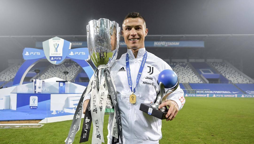 Cristiano Ronaldo, 35 anni, con la Supercoppa vinta contro il Napoli. Getty