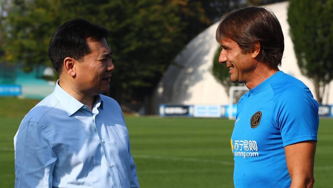 Jindong Zhang, 57 anni, con Antonio Conte, 51. Getty