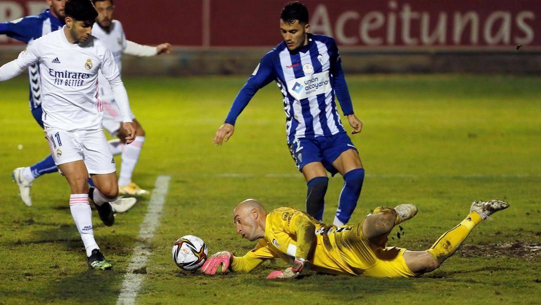 Il portiere Jose Juan Figueiras ferma  Asensio e il Real Madrid. Epa