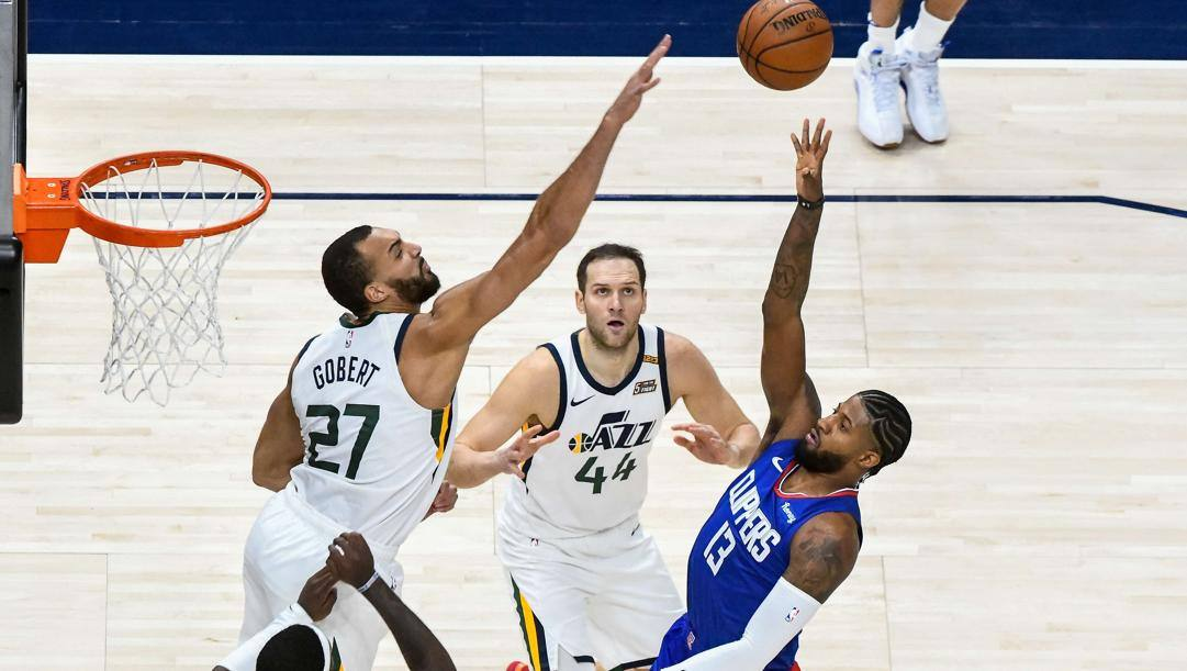 Rudy Gobert prova a stoppare un tiro di Paul George in un recente Jazz-Clippers. Afp
