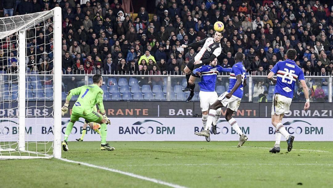 Il gol di Cristiano Ronaldo salendo a 2.56 metri contro la Samp. Getty