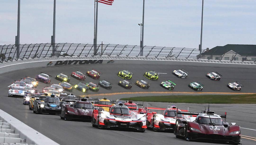 Lo spettacolo della 24 Ore di Daytona, la gara che apre la stagione dei motori Usa