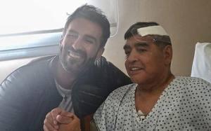 Una foto di Diego Maradona col dott. Leopoldo Luque. Afp