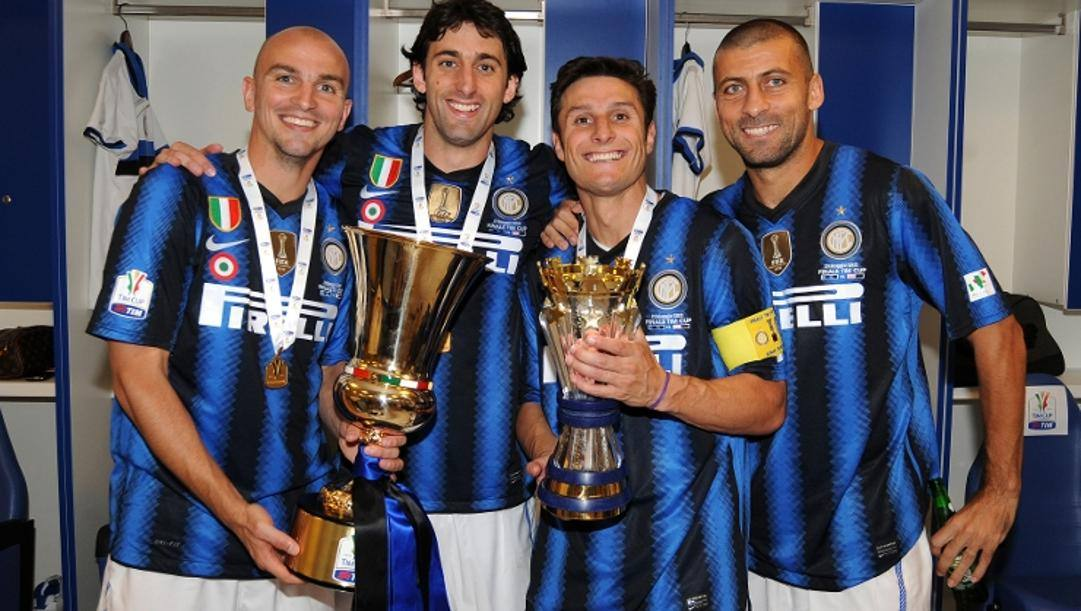 Da sinistra Cambiasso, Milito, Zanetti e Samuel con la Coppa Italia del 2011