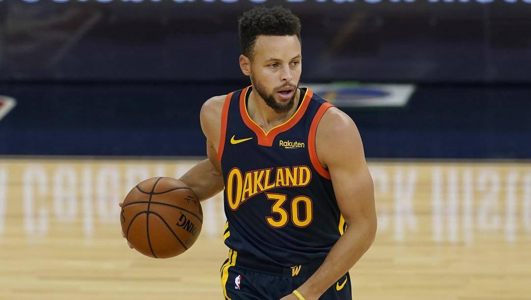 Steph Curry, 32 anni, con la maglia dei Warriors. Lo sponsor è in alto a sinistra. LaPresse