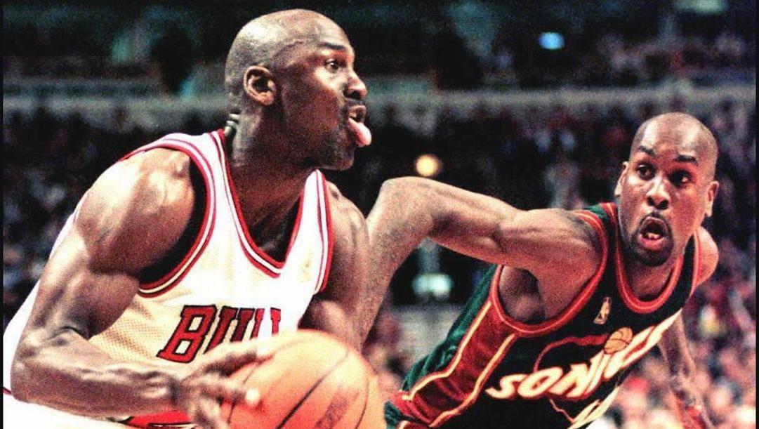Michael Jordan e Gary Payton nelle Finals 1996 tra Chicago e Seattle. Afp