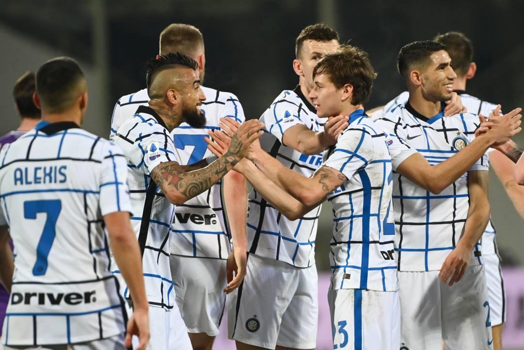 Nicolò Barella, 23 anni, esulta con i compagni dopo il gol dello 0-1. LAPRESSE