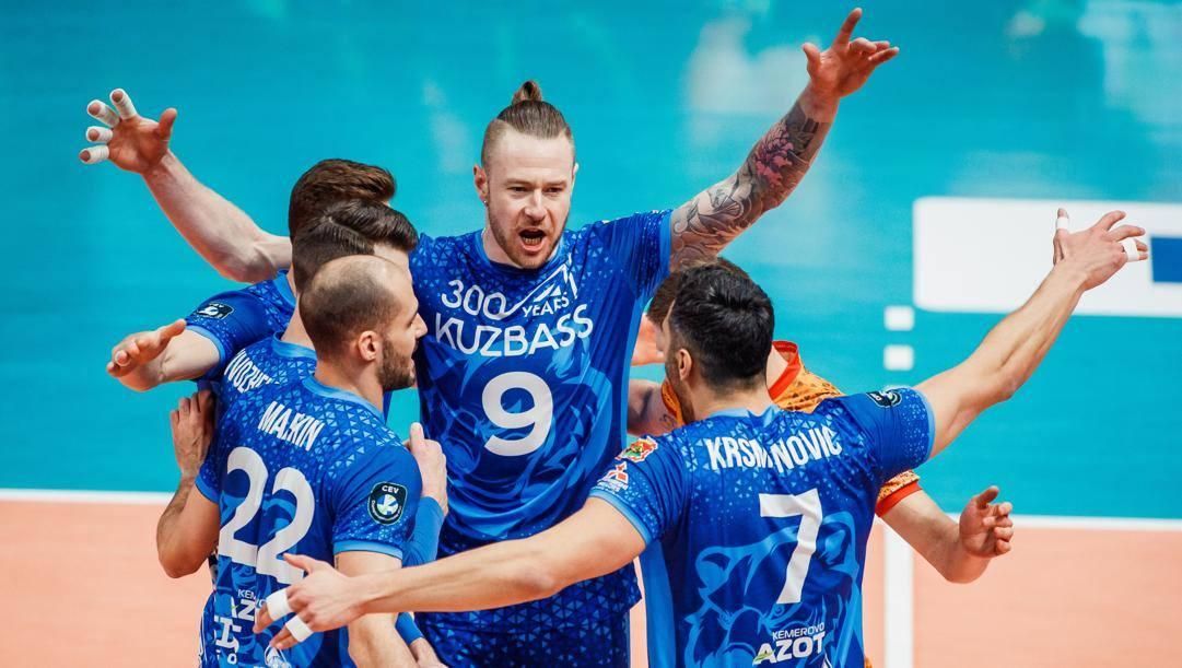 L'esultanza dei giocatori del Kemerovo con al centro Ivan Zaytsev