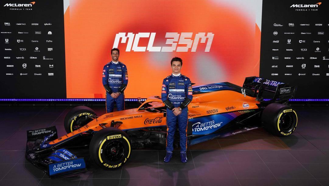 Daniel Ricciardo (a sin) e Lando Norris con la nuova McLaren MCL35M