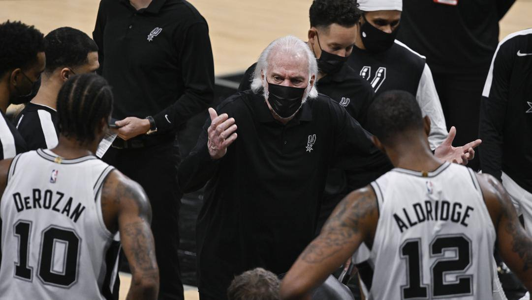 Gregg Popovich attorniato dai suoi Spurs: San Antonio deve fermarsi con 4 giocatori positivi al coronavirus. Ap