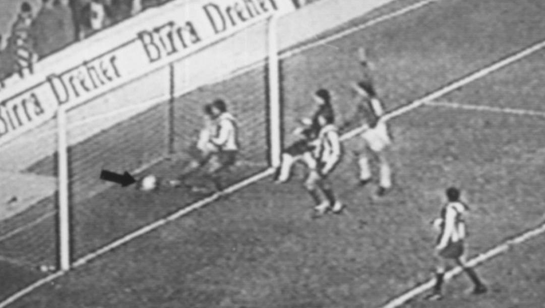 È il 10 novembre 1988, il Milan segna alla Stella Rossa ma l'arbitro non vede la palla oltre la linea. Ansa