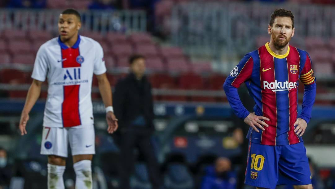 A destra Leo Messi e sullo sfondo Kylian Mbappé. Lapresse