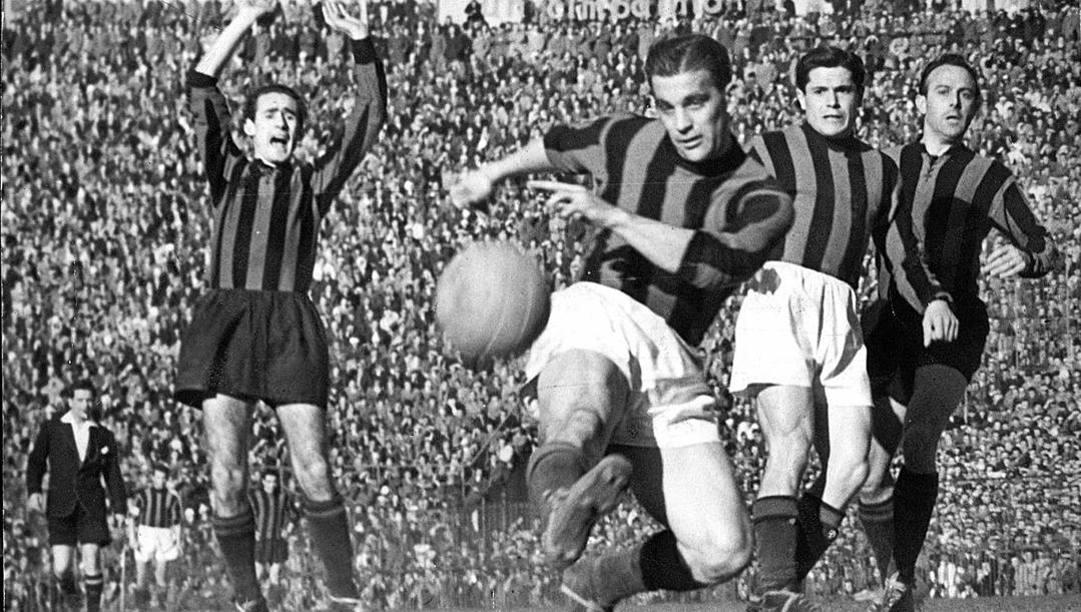 Gunnar Nordhal al tiro in un derby della Madonnina.