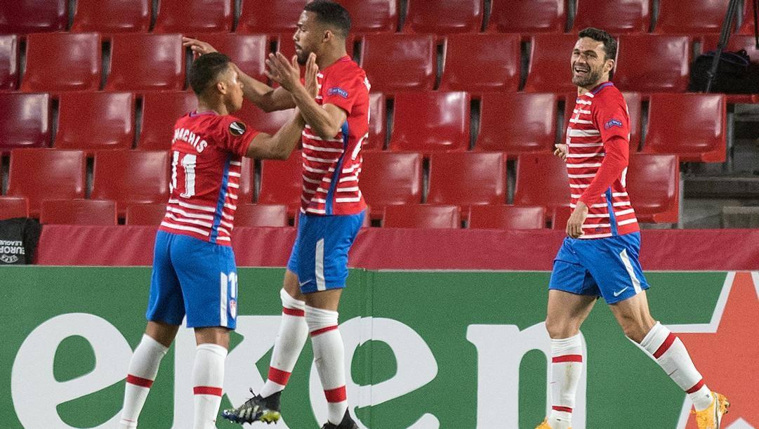 Kenedy festeggia coi compagni il gol al Napoli. Afp