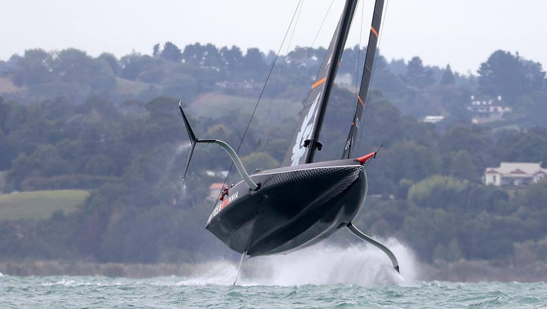 La barca di Ineos Team prende il volo sulle acque neozelandesi. Getty