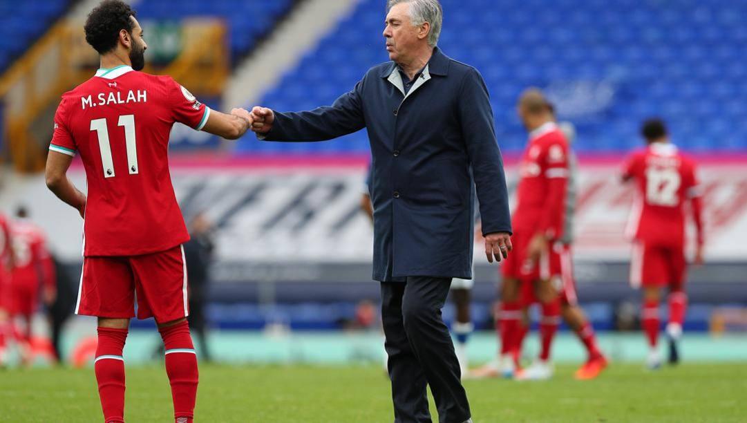 Mo Salah saluta Carlo Ancelotti durante l'ultimo derby tra Liverpool ed Everton. Getty