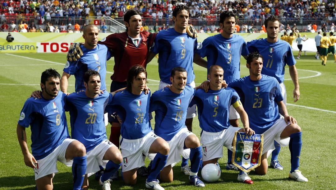 L'Italia che scese in campo contro l'Australia al Mondiale 2006: in piedi da sinistra Del Piero, Buffon, Toni, Grosso, Gilardino. Accosciati: Gattuso, Perrotta, Pirlo, Zambrotta, Cannavaro, Materazzi. Ansa