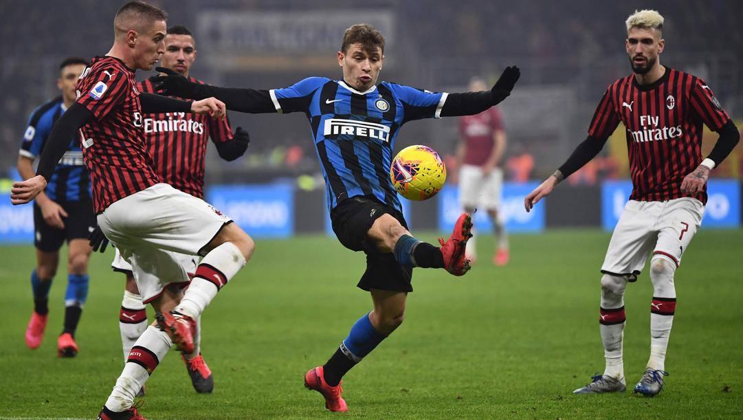 L'interista Barella in azione nel derby di ritorno della scorsa stagione. Finì 4-2 per i nerazzurri. Afp