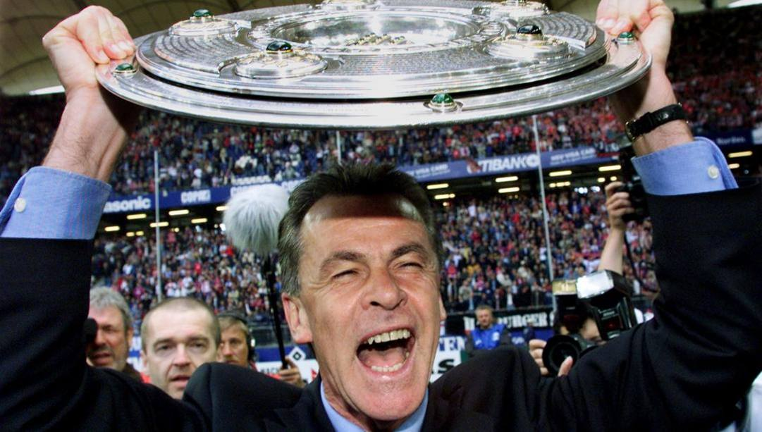 Hitzfeld col trefo di vincitore della Bundesliga col Bayern nel 2001. Ap