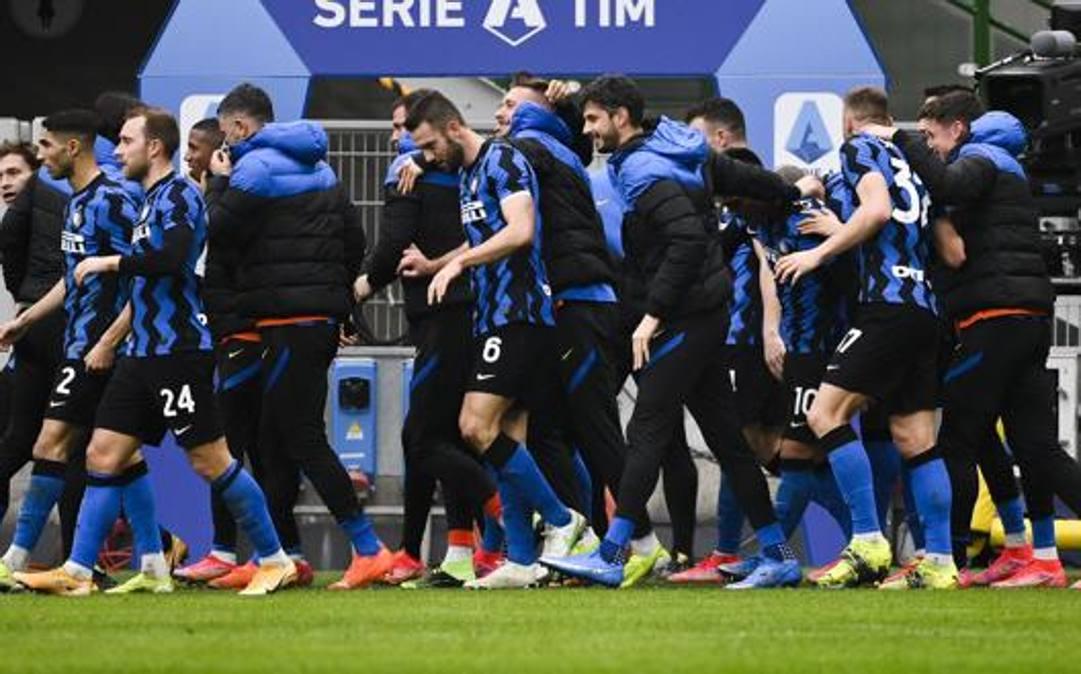 L'Inter festeggia nel derby. LAPRESSE