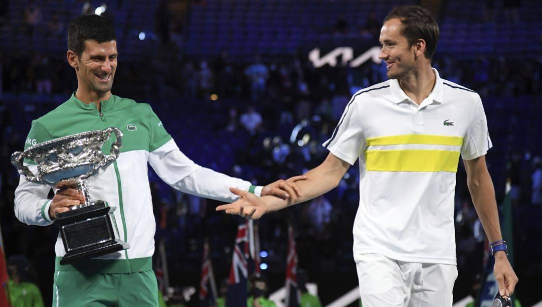 Novak Djokovic (33 anni) saluta il suo avversario, il russo Daniil Medvedev. LaPresse
