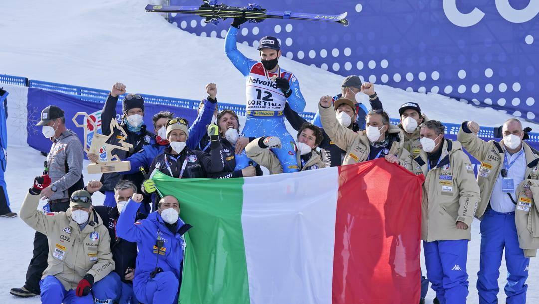 Luca De Aliprandini festeggia col team azzurro l'argento nel gigante. Lapresse
