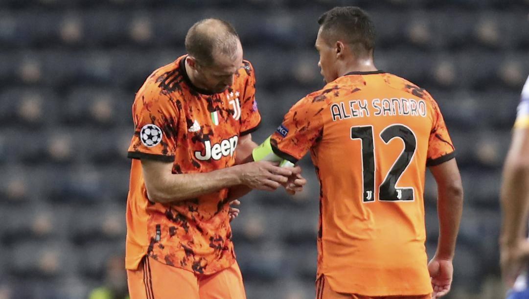 Giorgio Chiellini esce dal campo contro il Porto e lascia la fascia ad Alex Sandro. Ap