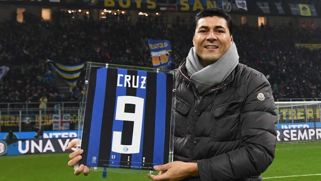 Julio Ricardo Cruz (classe 1974) in posa a San Siro con la sua numero 9. Getty