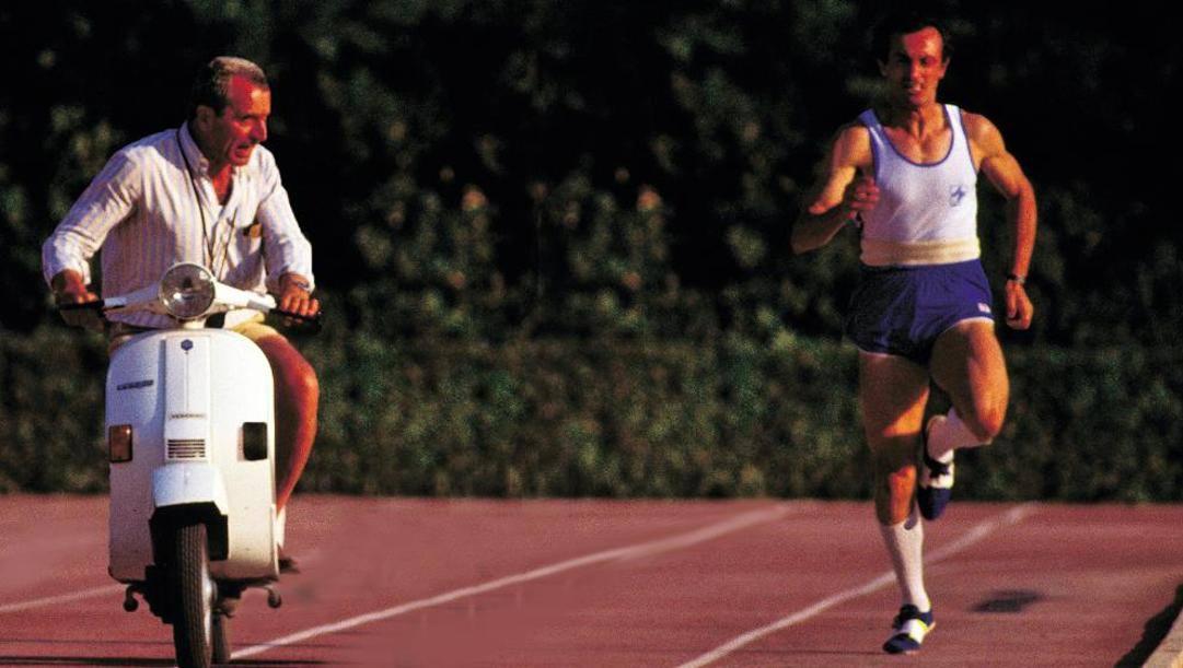 Pietro Mennea impegnato in uno dei famosi allenamenti con Vittori, che lo segue in Vespa