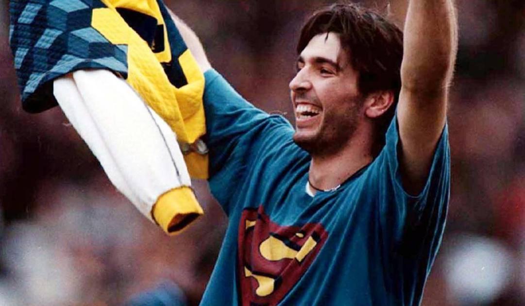 Gigi Buffon esulta con la maglia di Superman. Ap