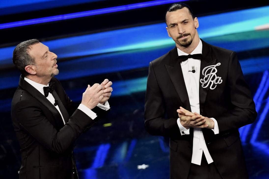 Amadeus con Zlatan Ibrahimovic sul palco dell'Ariston - LAPRESSE