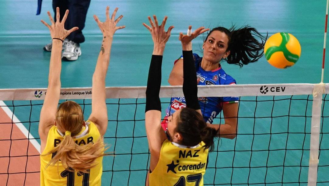 Un attacco di Caterina Bosetti durante Novara-Fenerbahce. Galbiati