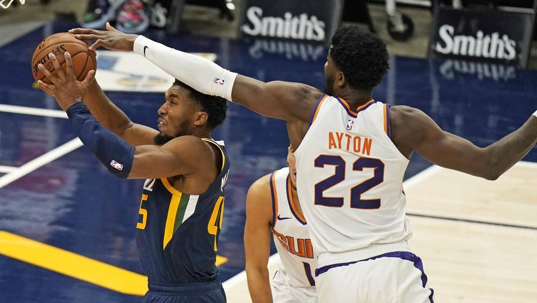 Donovan Mitchell e DeAndre Ayton durante un Jazz-Suns: sono le squadre che meritano il voto più alto in pagella. Ap