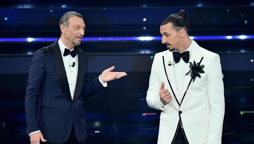 Amadeus con Zlatan Ibrahimovic sul palco dell'Ariston. Ansa
