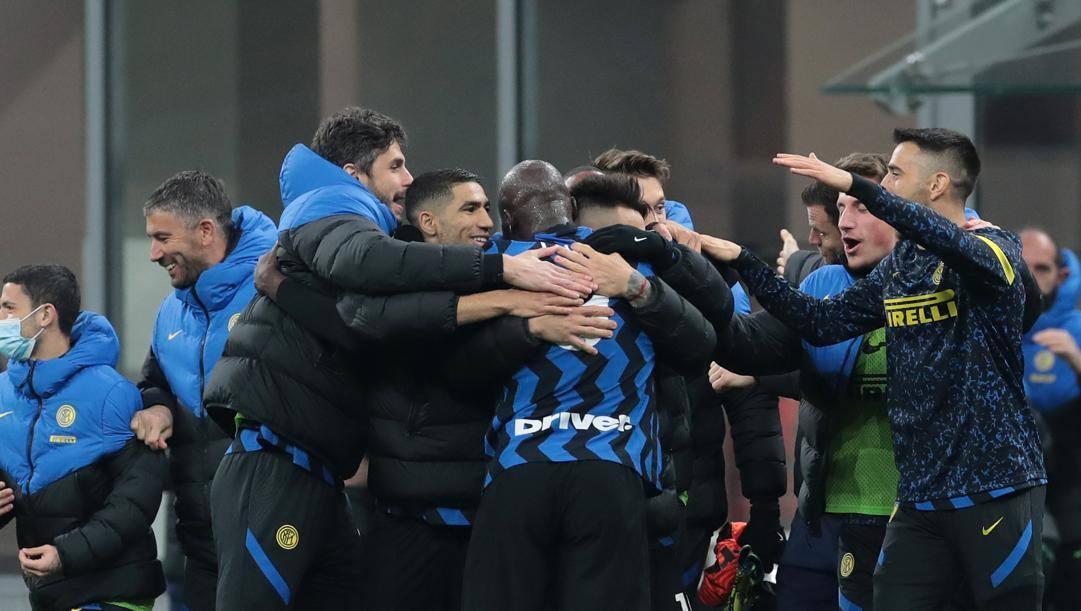 L'esultanza dei calciatori dell'Inter dopo il gol di Milan Skriniar (26 anni). Getty