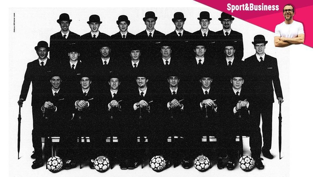I giocatori della Lazio in posa per la campagna pubblicitaria dello sbarco biancoceleste in Borsa, nel 1998