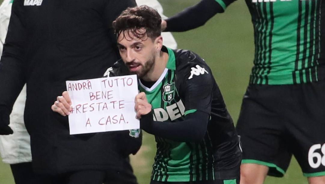 Il cartello mostrato da Caputo in Sassuolo-Brescia: era il 9 marzo 2020. Ansa