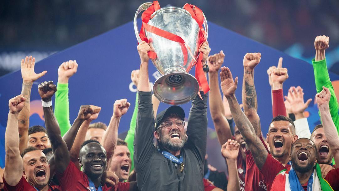 Klopp solleva la Coppa dopo la finale vinta contro il Tottenham nella stagione 2018/19